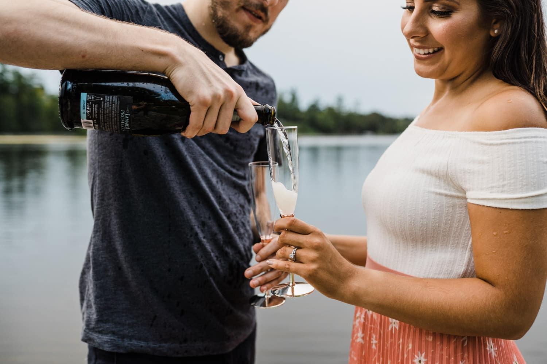 couple pour champagne